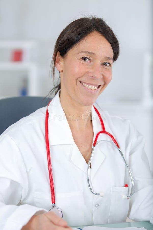 Portret kobiety lekarki piękny w średnim wieku ono uśmiecha się fotografia royalty free