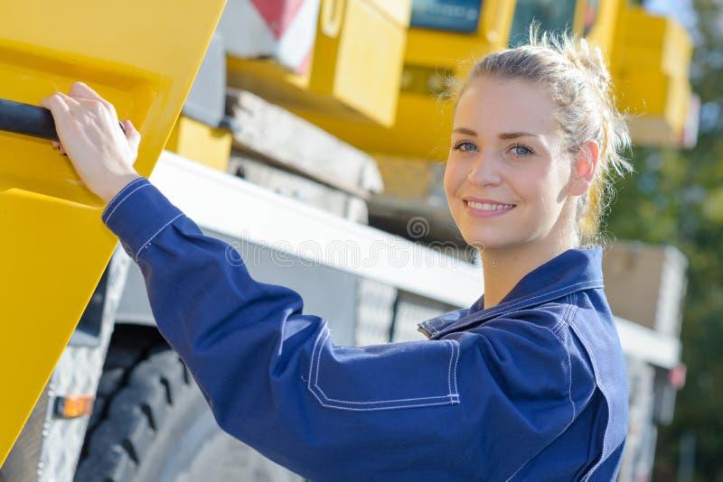 Portret kobiety mienia drzwi ciężarówka fotografia stock