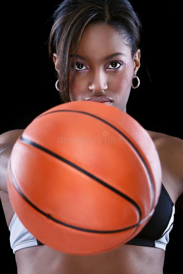 Portret kobiety mienia koszykówka zdjęcie stock