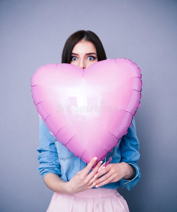 Portret kobiety mienia serce kształtował balon zdjęcia stock