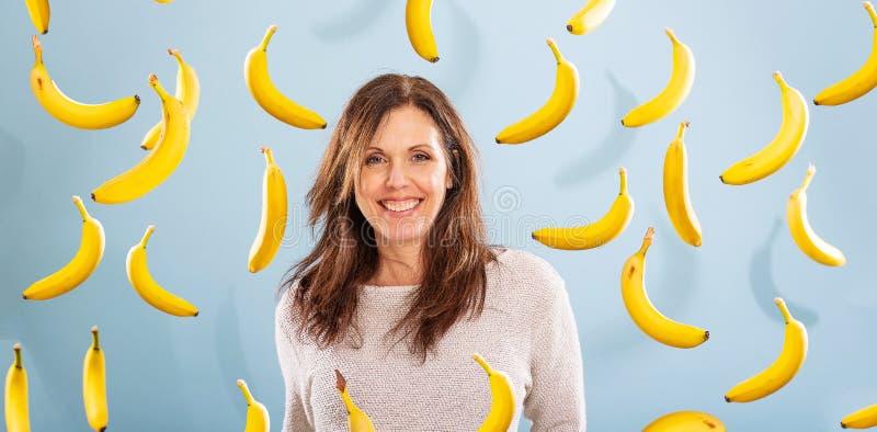 Portret kobiety otoczony bananami obraz royalty free