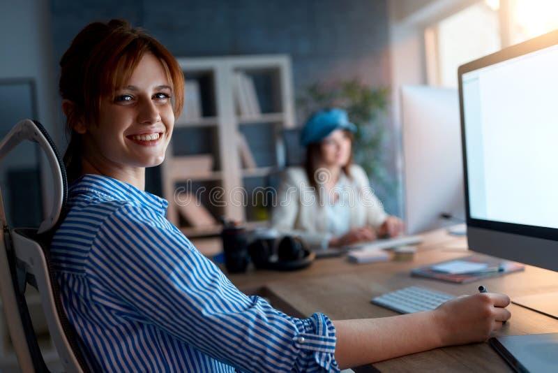Portret kobiety pracuje póżno na komputerze przy biurem - projektant t zdjęcie stock