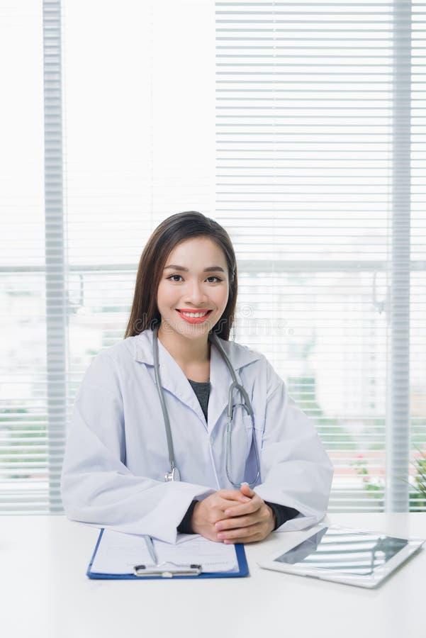 Portret kobiety ufnej młodej lekarki medyczny fachowy sitt obrazy royalty free