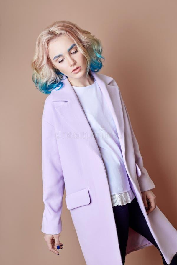 Portret kobiety wiosny jaskrawy barwiony latający włosy, wszystko cieni purpurowego błękit Włosiana kolorystyka, piękne wargi i m zdjęcia stock