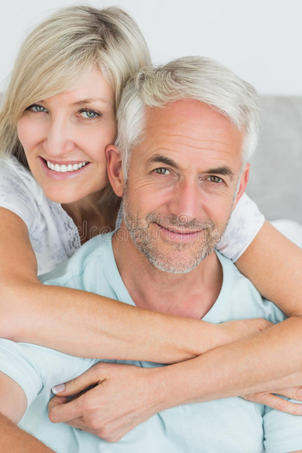 Portret kochający dorośleć pary w łóżku zdjęcie stock