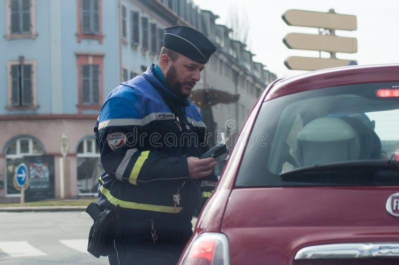 Portret kontroluje alkohol na kierowcach w ulicie policjant fotografia royalty free