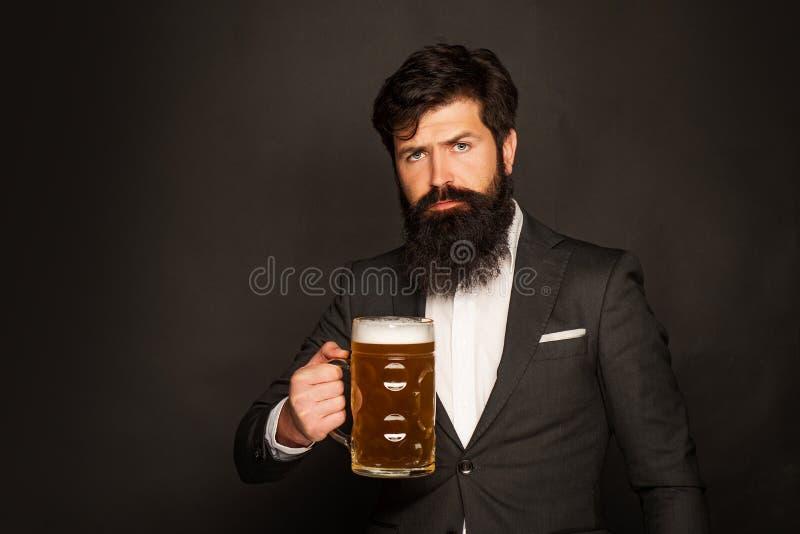 Portret kosztuje szkicu piwo przystojny m?ody cz?owiek M??czyzna trzyma szk?o piwo Przystojny brodaty m??czyzna pije piwo obraz royalty free