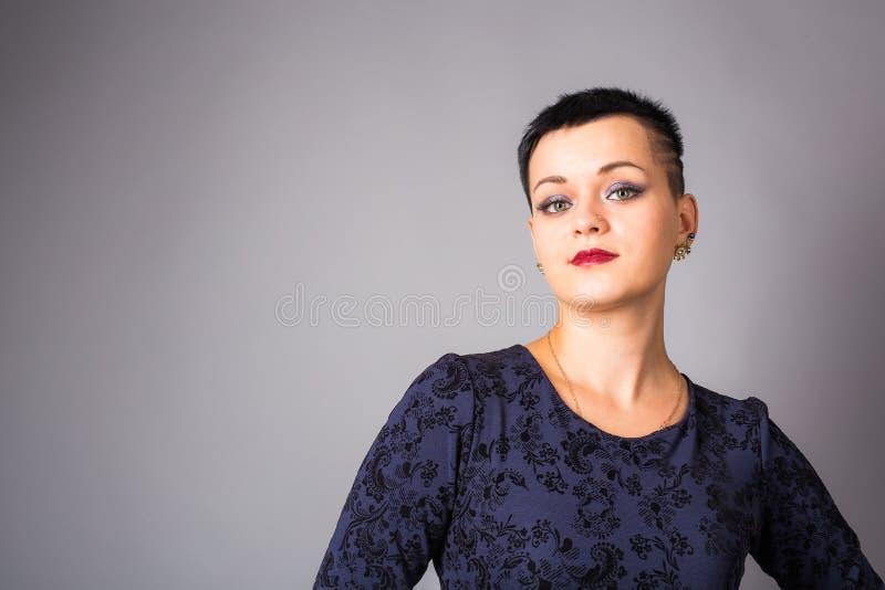 Portret krótka z włosami kobieta w błękit sukni zdjęcia royalty free