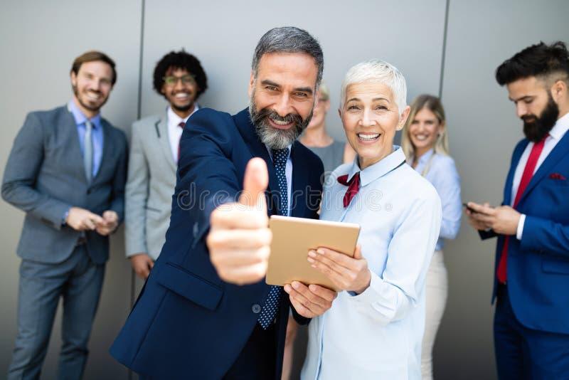 Portret kreatywnie biznes drużyna stoi wpólnie i śmia się obraz stock
