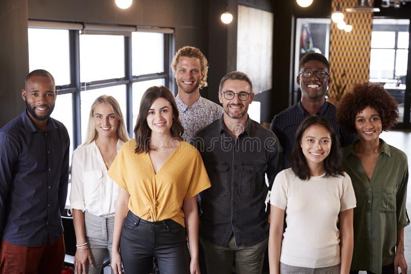 Portret kreatywnie biznes drużyny pozycja i ono uśmiecha się kamera w ich biurowym, podwyższonym widoku, fotografia stock
