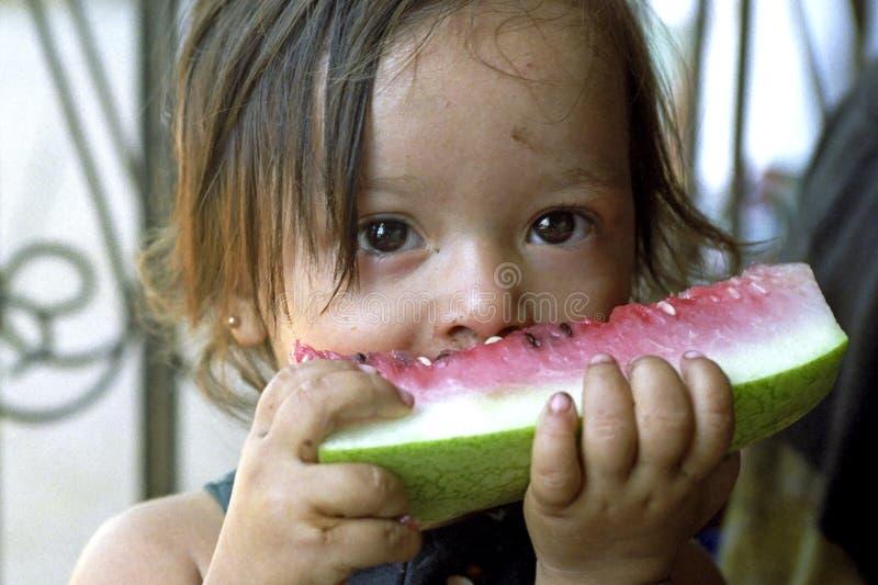 Portret Latino meisje die watermeloen eten stock fotografie