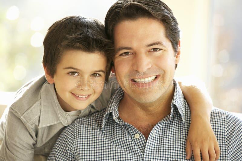 Portret Latynoski ojciec I syn W Domu obraz royalty free