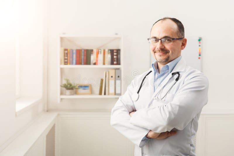 Portret lekarka w szkłach w jaskrawym pokoju fotografia stock