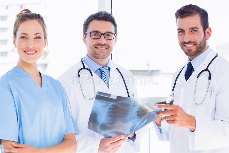 Portret lekarki z xray raportem przy medycznym biurem zdjęcie royalty free