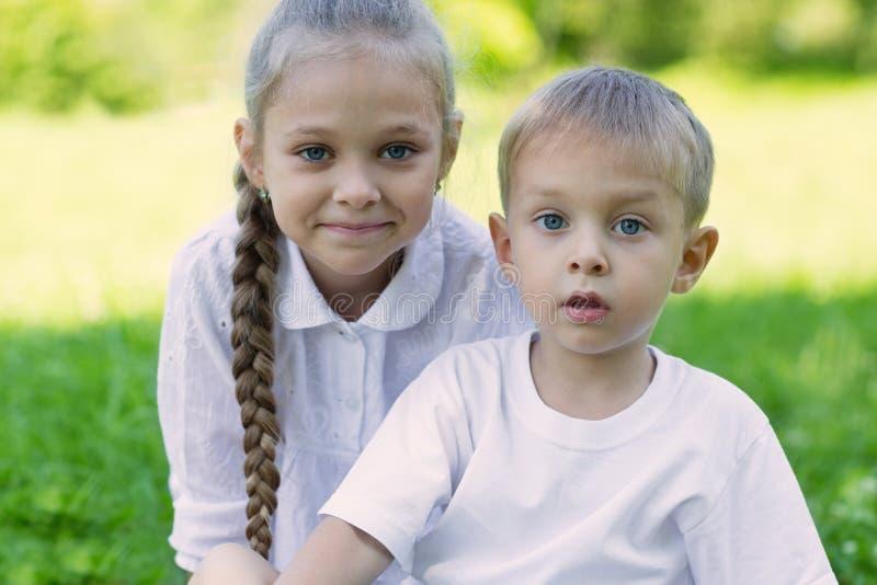 Portret leuke broer en zuster royalty-vrije stock foto