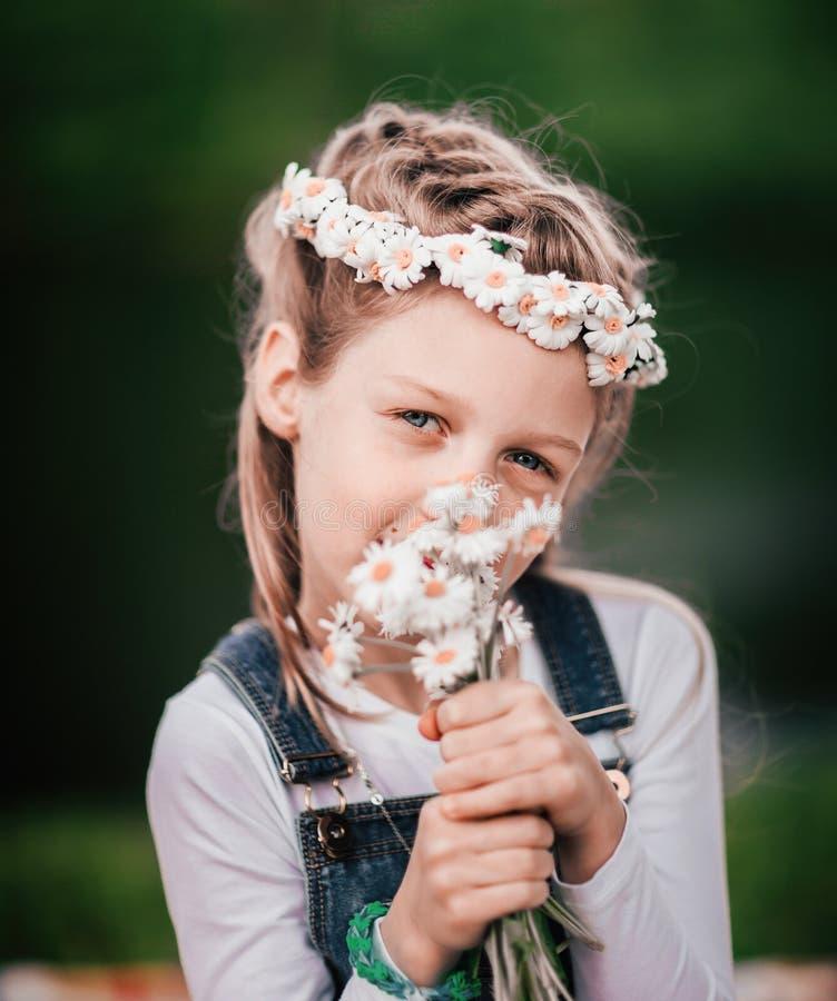 Portret ?liczna dziewczyna z bukietem stokrotki obrazy stock