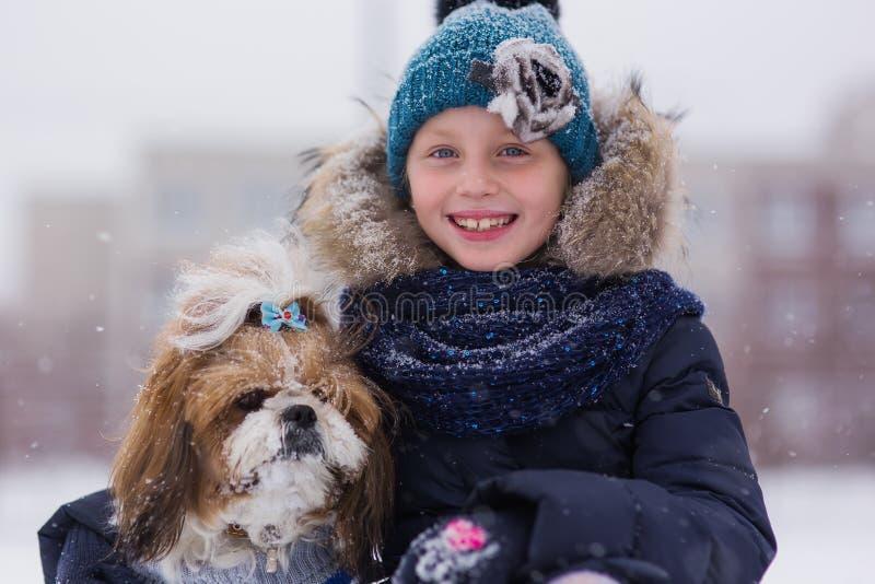 Portret ?liczna dziewczyna z psem w zima parku dziewczyny psi przytulenie zdjęcia stock