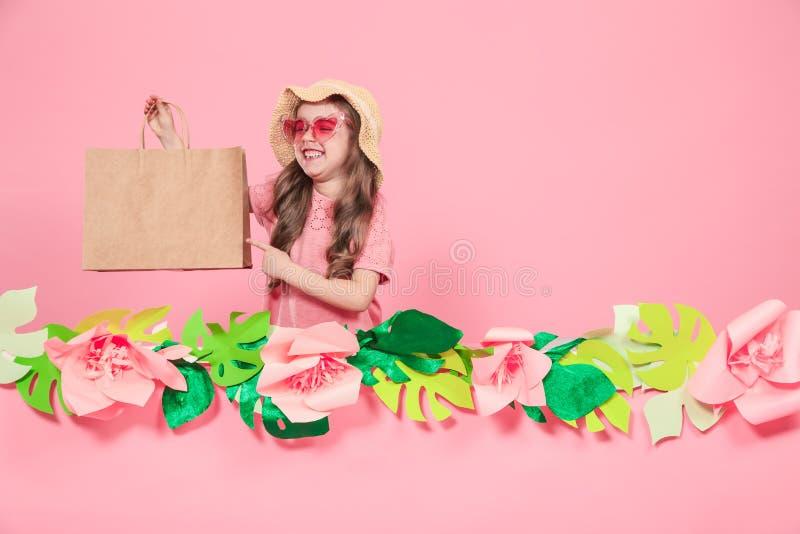 Portret ?liczna ma?a dziewczynka z torb? na zakupy zdjęcie royalty free