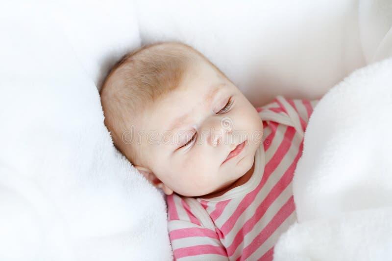 Portret ?liczny uroczy nowonarodzony dziecka dziecka dosypianie fotografia stock