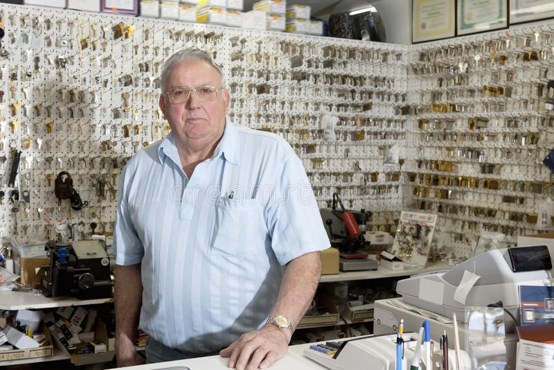 Portret locksmith w sklepie obrazy royalty free