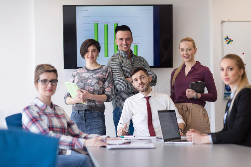 Portret ludzie biznesu grupy przy nowożytnym biurowym pokojem konferencyjnym obraz royalty free