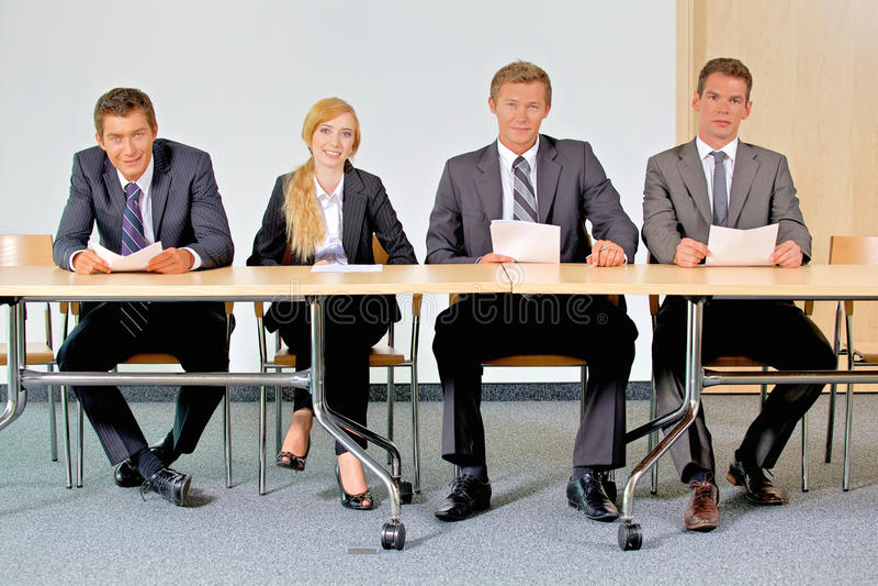 Portret ludzie biznesu siedzi w biurze zdjęcie stock