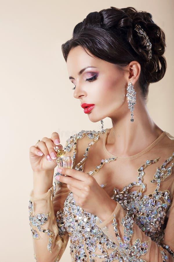 Portret Luksusowa Kaukaska kobieta z pachnidło butelką. obraz royalty free