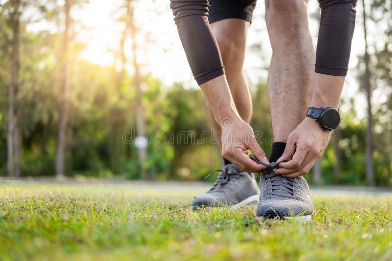 Portret męczący potomstwa dostosowywał sportowego mężczyzny Mięśniowego dla zdrowie i silnego faceta ćwiczy w sportswear outdoors obrazy royalty free