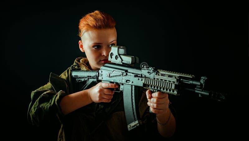 Portret młoda kobieta z czerwonym włosy, młoda dziewczyna wp8lywy celuje widok w wojskowym uniformu obrazy royalty free