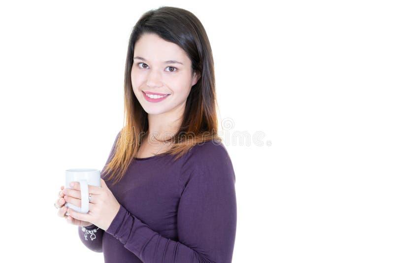 Portret młoda piękna uśmiech kobieta trzyma białą filiżankę odizolowywająca na białym tle obrazy royalty free