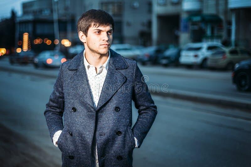 Portret młody człowiek w żakiecie i białej koszula na ulicie w mieście równo zdjęcie royalty free