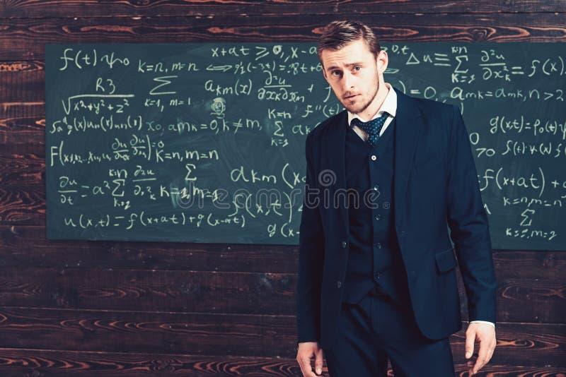 Portret młody inteligentny uczeń w elita szkole wyższej Arystokrata z doskonalić fryzury i skrótu szczecina stać zdjęcie royalty free