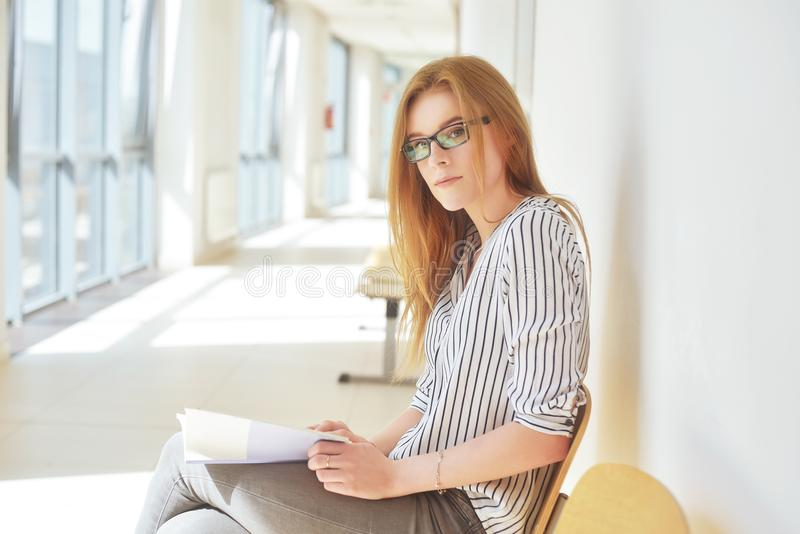 Portret mądry uczeń z otwartym książkowym czytaniem ja w szkole wyższa Piękny żeński uczeń w uniwersytecie, kobieta w eyeglasses obraz stock