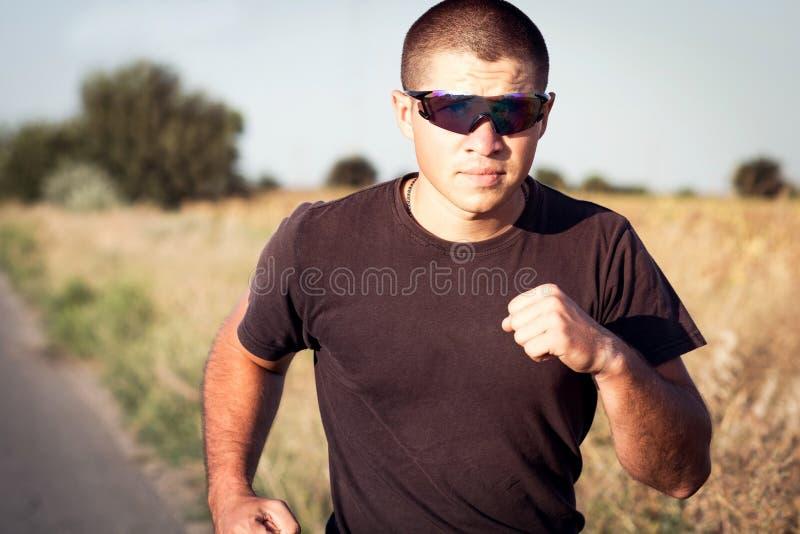 Portret mężczyzna biega ochronnych gogle obrazy stock