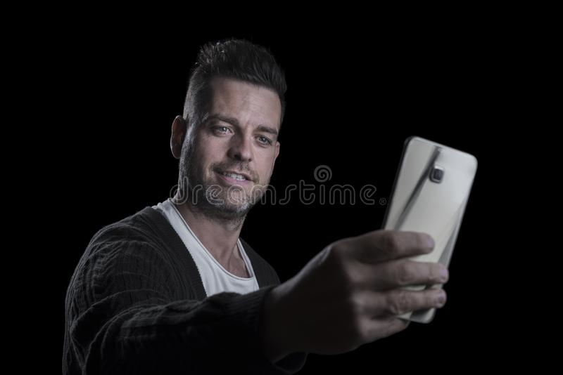 Portret mężczyzna bierze obrazek on z telefonem komórkowym Czarny t?o horyzontalny Copyspace zdjęcie royalty free