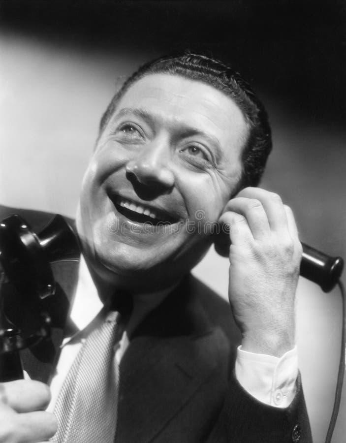 Portret mężczyzna na telefoniczny roześmianym szczęśliwy i (Wszystkie persons przedstawiający no są długiego utrzymania i żadny n zdjęcia royalty free
