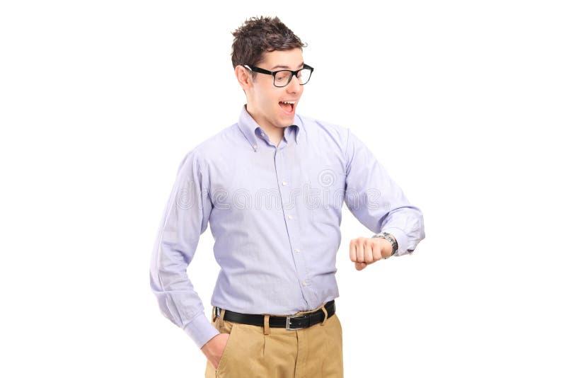 Portret mężczyzna target1043_0_ przy jego zegarek