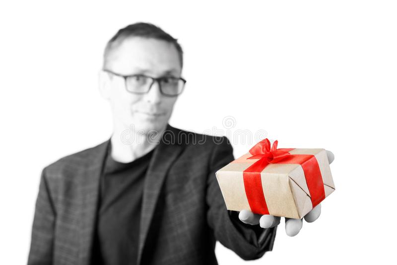Portret mężczyzna trzyma out prezent w ręce, wiązany z czerwienią fotografia royalty free