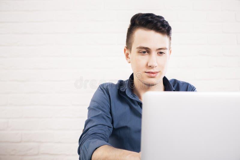 Portret mężczyzna używa laptop zdjęcie stock