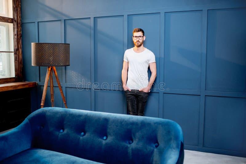 Portret mężczyzna w białej koszulce indoors zdjęcie royalty free