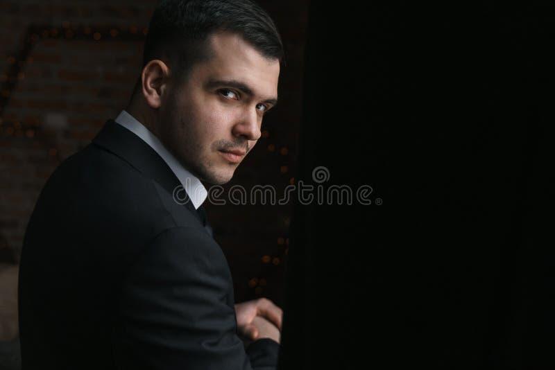 Portret mężczyzna w Czarnej kurtce obracającej w ciemność obrazy stock