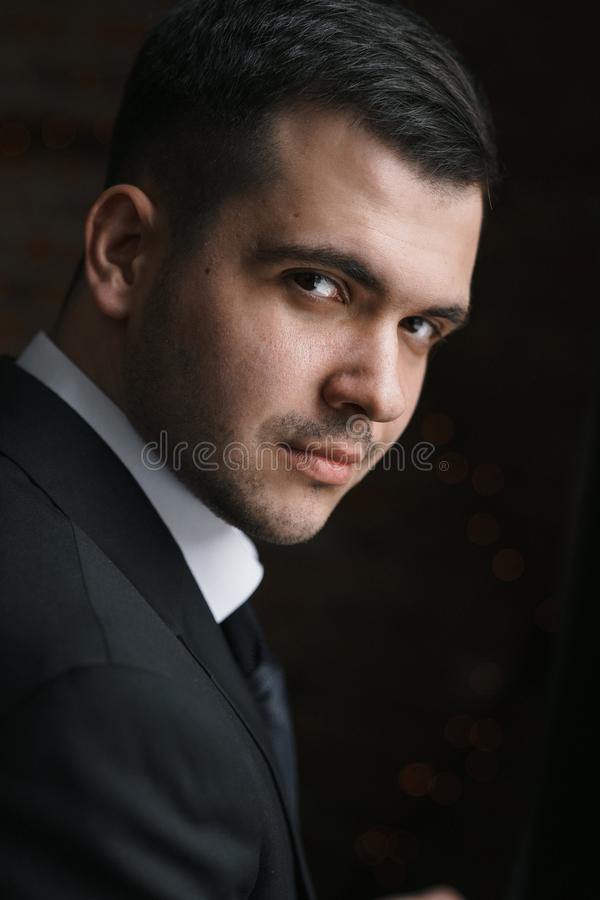 Portret mężczyzna w Czarnej kurtce obracającej w ciemność obraz stock