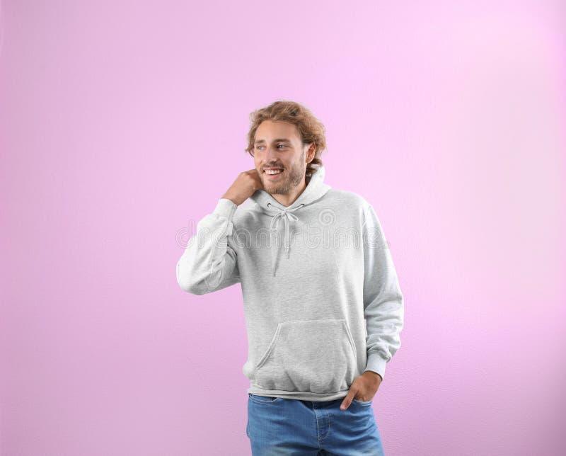 Portret mężczyzna w hoodie pulowerze fotografia stock
