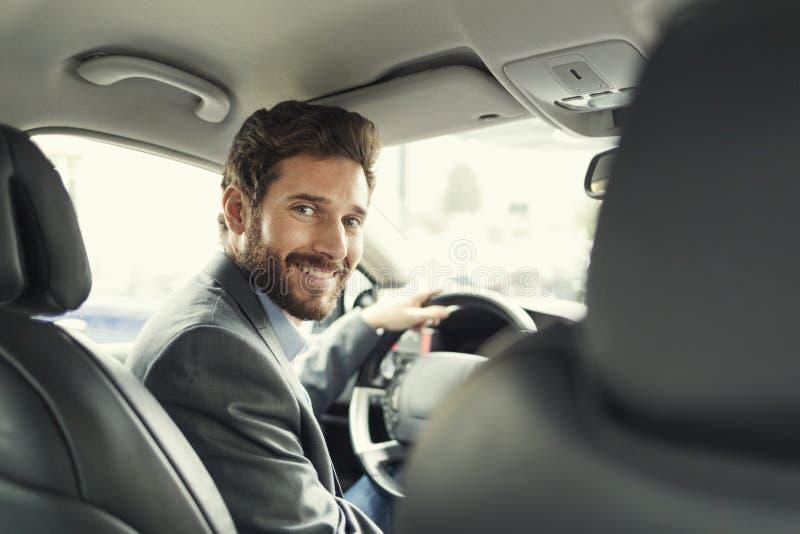 Portret mężczyzna w jego samochodzie przyglądająca kamera zdjęcie stock
