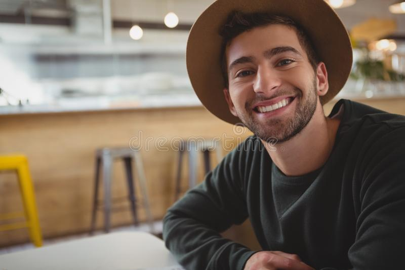Portret mężczyzna w kawiarni fotografia stock