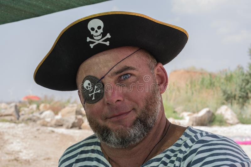 Portret mężczyzna w pirata kostiumu na plaży obraz royalty free