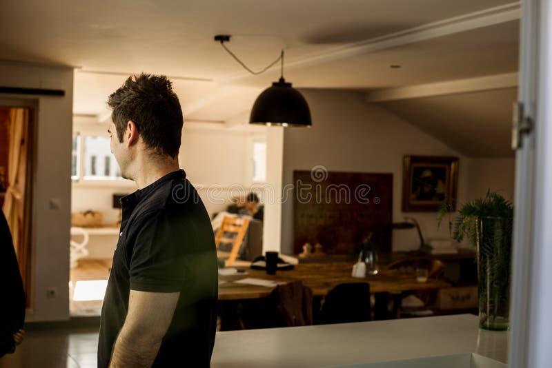 Portret mężczyzna w profilu w domu zdjęcie royalty free