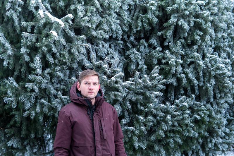 Portret mężczyzna w zima lesie blisko świerczyny obrazy royalty free