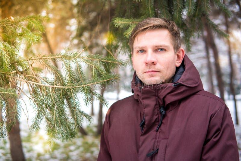 Portret mężczyzna w zima lesie blisko świerczyny zdjęcie stock