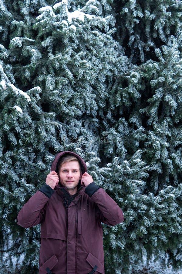 Portret mężczyzna w zima lesie blisko świerczyny zdjęcia royalty free